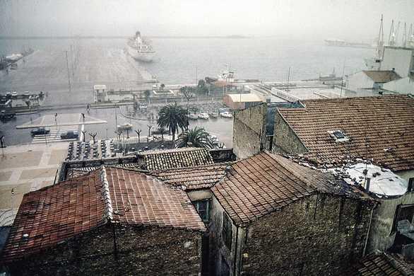 Το τοπίο της βροχερής Πάτρας στο παλιό λιμάνι 38 χρόνια πριν...