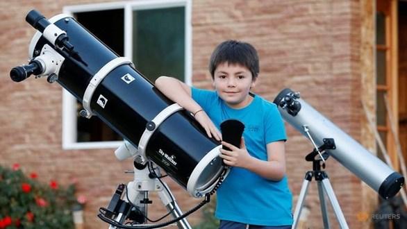 10χρονος μαθαίνει στους συμμαθητές του... τα άστρα (φωτο)