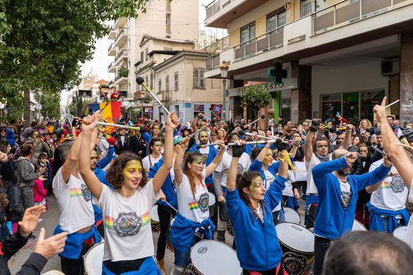 """Σε ρυθμούς Καρναβαλιού """"κινείται"""" η Πάτρα - Παραδόθηκε το λάβαρο στο Δημαρχείο (φωτο)"""