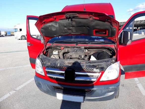 Πάτρα: Έκρυψε αλλοδαπό στη μηχανή του αυτοκινήτου του (φωτο)