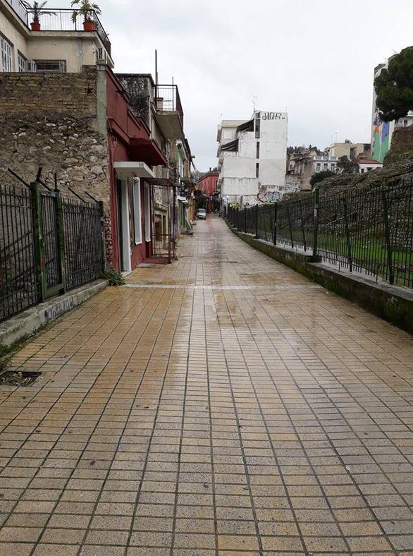 Με τη βροχή στον πεζόδρομο της Ηφαίστου (φωτό)