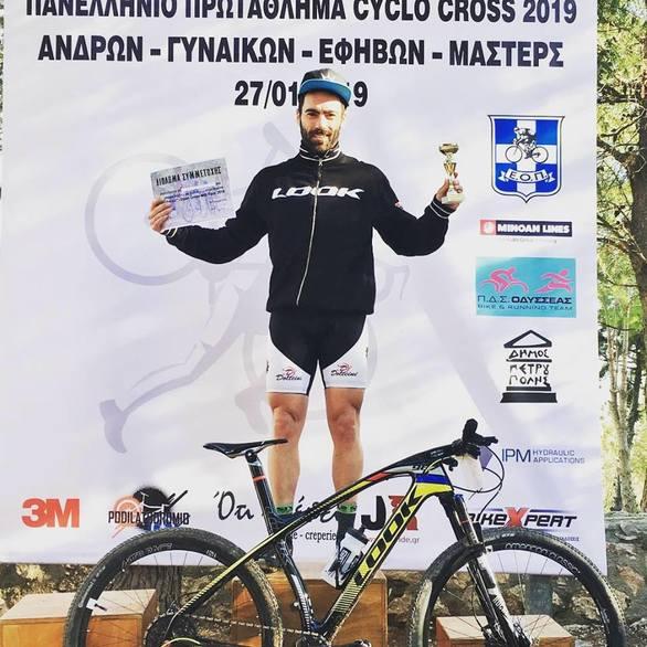 """Ο Πατρινός Νίκος Ανδρεόπουλος στηρίζει με το... πετάλι του τον σύλλογο """"Ελπίδα""""! (pics)"""