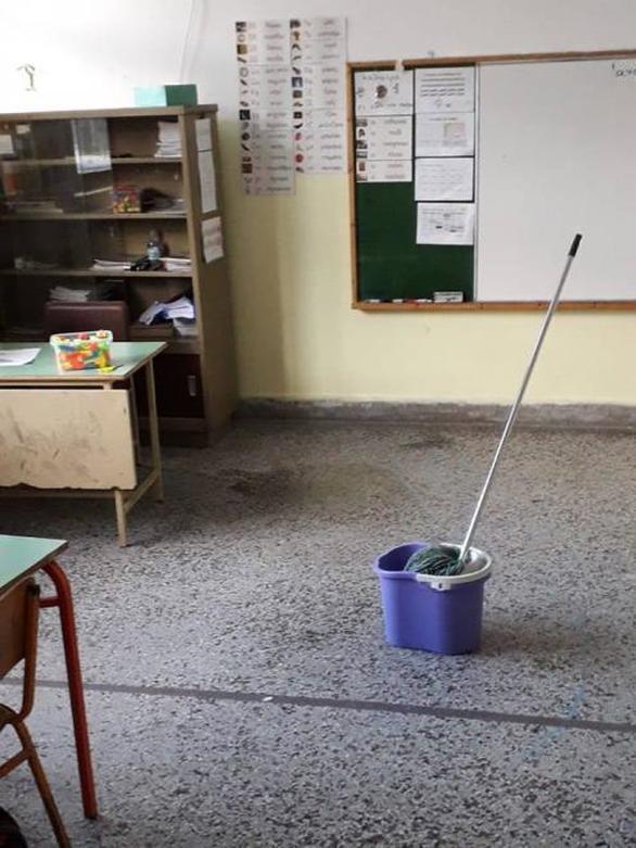 """Πάτρα: Μαθητές δημοτικού κάνουν μάθημα μέσα σε αίθουσες """"λίμνες"""" (φωτο)"""