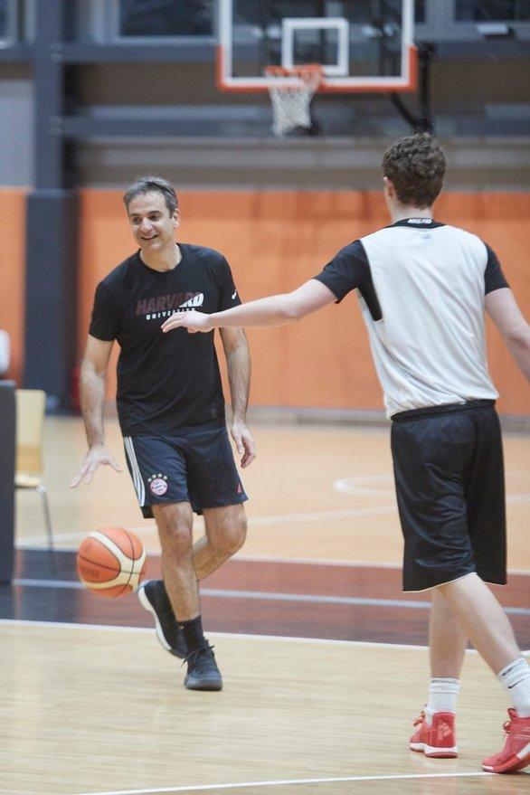 Πάτρα: Ο Κυριάκος Μητσοτάκης έπαιξε μπάσκετ με τους νέους του Προμηθέα (φωτο)