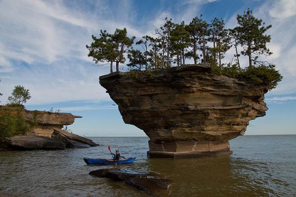 """ΗΠΑ - Ένας """"μοναχικός"""" βράχος στη λίμνη"""