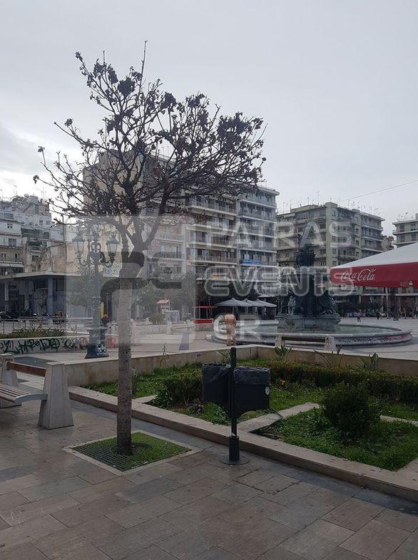 Πάτρα: Άνδρας έκανε το... μπάνιο του στο συντριβάνι της πλατείας Γεωργίου! (φωτο)