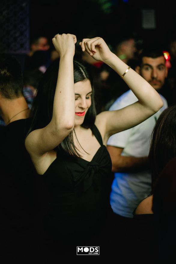 """Μods είναι το club που σε κάνει να """"σκίσεις"""" τα... πτυχία σου! (φωτο)"""