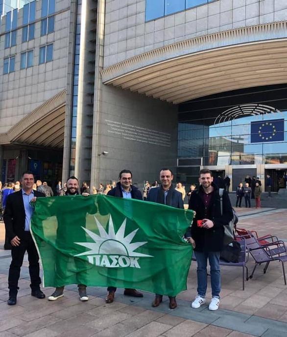 Πατρινοί άπλωσαν τη σημαία με τον πράσινο ήλιο κάτω από το Ευρωκοινοβούλιο!