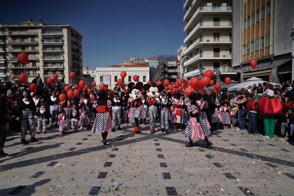 Χιλιάδες μικροί καρναβαλιστές ξεχύθηκαν στο κέντρο της Πάτρας - Ολοκληρώθηκε η παρέλαση (φωτο)