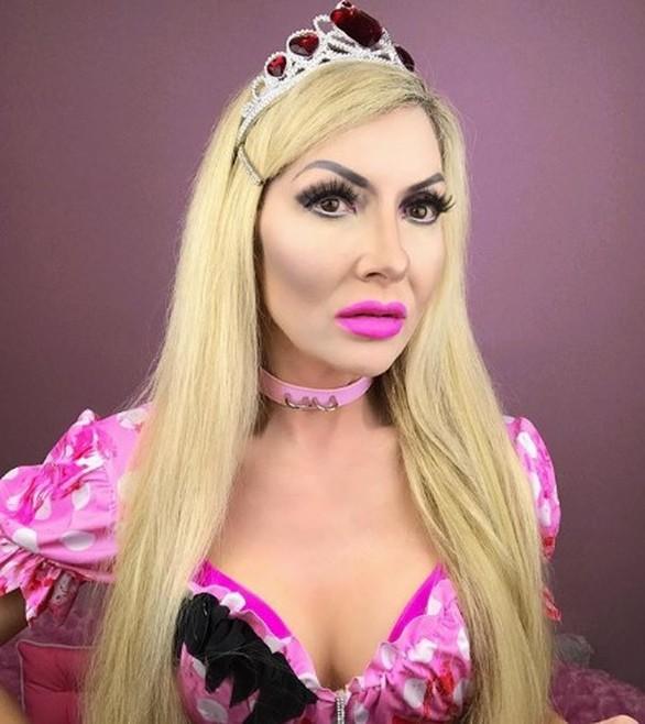 Γυναίκα ξόδεψε μία περιουσία για να μοιάσει στην Barbie
