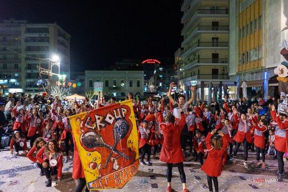 Πάτρα: Στιγμές από την νυχτερινή παρέλαση - Πάνω από 40.000 καρναβαλιστές στους δρόμους της πόλης