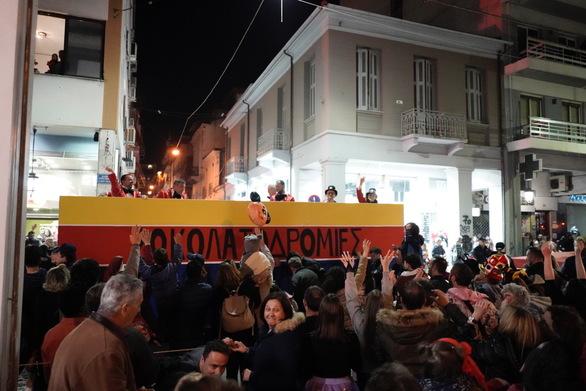 Πάτρα: Οι σοκολατορίχτες γλύκαναν τον κόσμο μετά το τέλος της παρέλασης (pics)