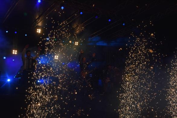 Οι Locomondo έβαλαν φωτιά στην τελευταία νύχτα του Πατρινού Καρναβαλιού 2019 (pics+vids)