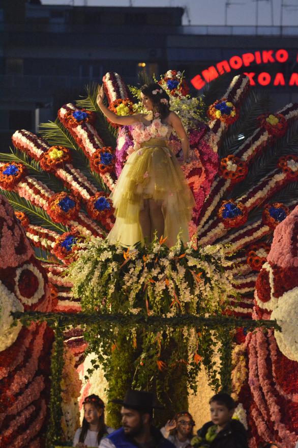 Σκέτη άνοιξη η Όλγα Κατσάρα πάνω στο άνθινο άρμα του Πατρινού Καρναβαλιού (pics)