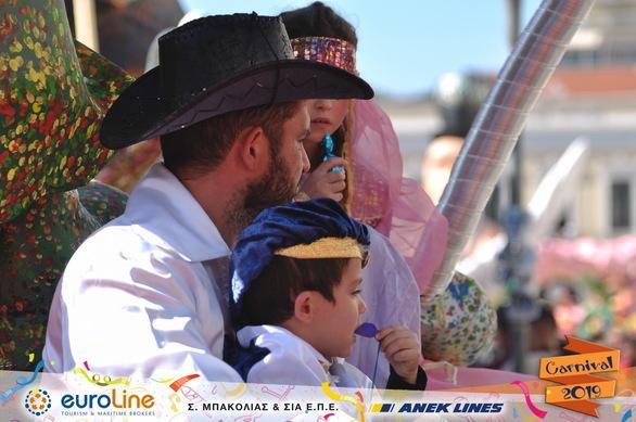 Τι πιο όμορφο! Καρναβαλιστές από κούνια στην μεγάλη παρέλαση της Κυριακής