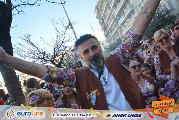 """Τα """"παιδιά των λουλουδιών"""" βγήκαν στους δρόμους της Πάτρας και καρναβαλίστηκαν (pics)"""