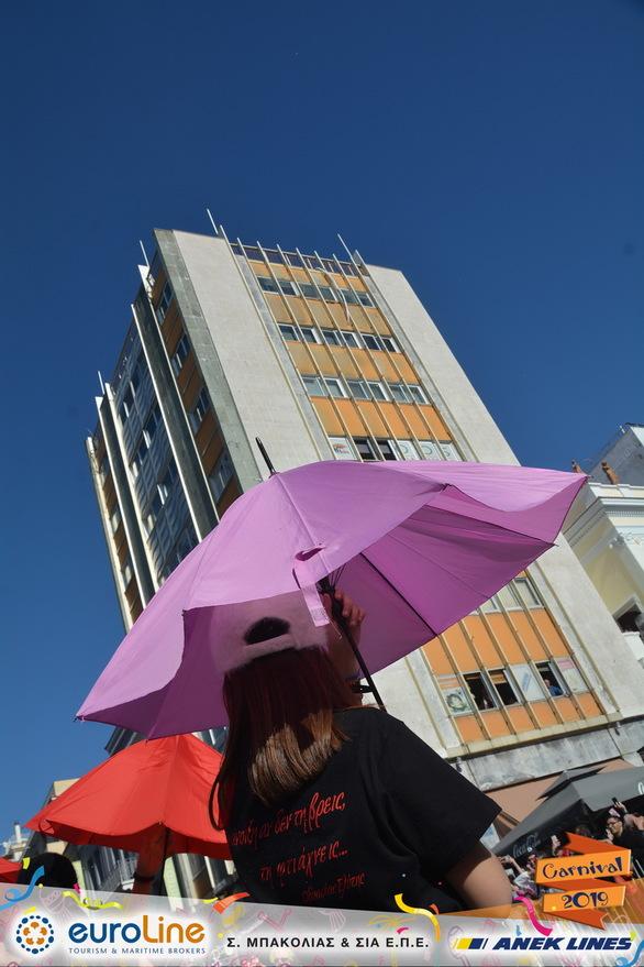 """""""Φέρτε την άνοιξη"""" - Το πλήρωμα που βγήκε με... ομπρέλες, σε μια ηλιόλουστη ημέρα! (φωτο)"""