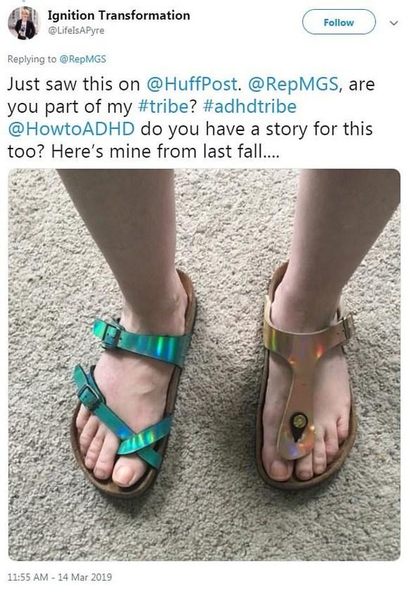 Γερουσιαστής έγινε viral για τα διαφορετικά παπούτσια που φόρεσε