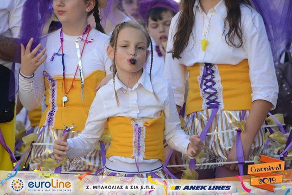 Τα μέλη του γκρουπ 23, ντύθηκαν «Κουκλάκια» και παρέλασαν στο Πατρινό Καρναβάλι (φωτο)