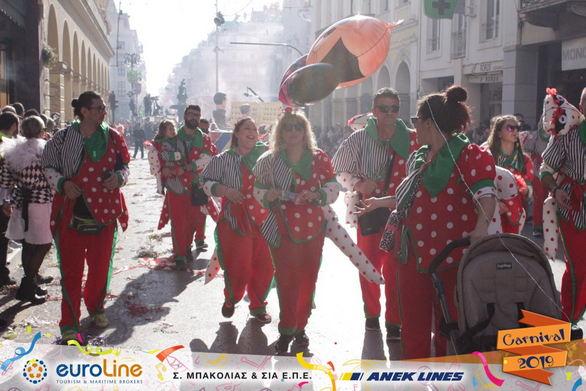 """Το πλήρωμα """"Πίσω μου σ' έχω"""" έβαλε περισσότερο χρώμα στο Καρναβάλι της Πάτρας (φωτο)"""