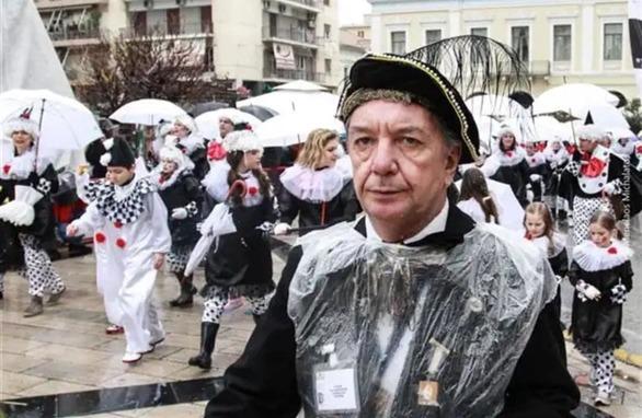 Οι καρναβαλιστές της Πάτρας αποχαιρετούν τον άνθρωπο που διαμόρφωσε τον Κρυμμένο Θησαυρό!