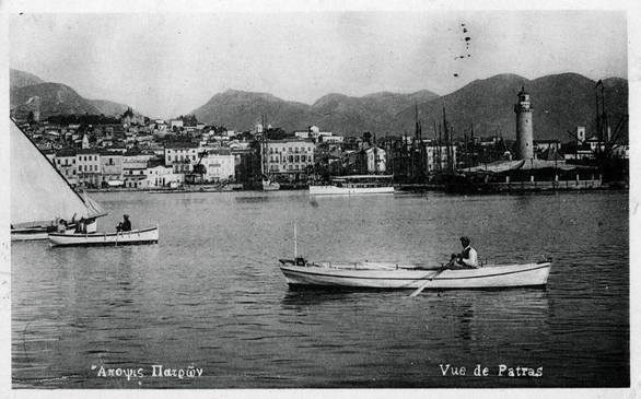 Βαρκούλες πλέουν στο λιμάνι της Πάτρας το 1930
