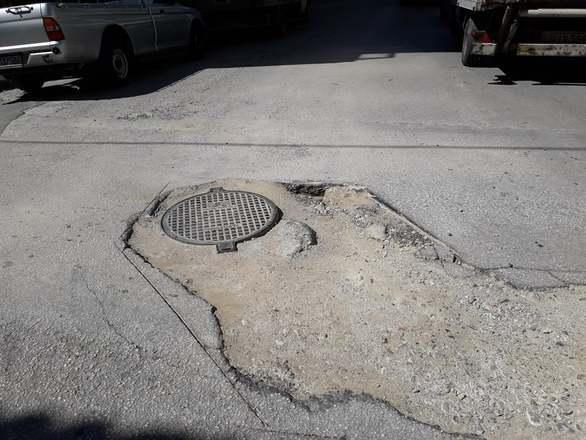 """Πάτρα: Λακκούβα που μπορεί να σε """"στείλει""""! (φωτο)"""