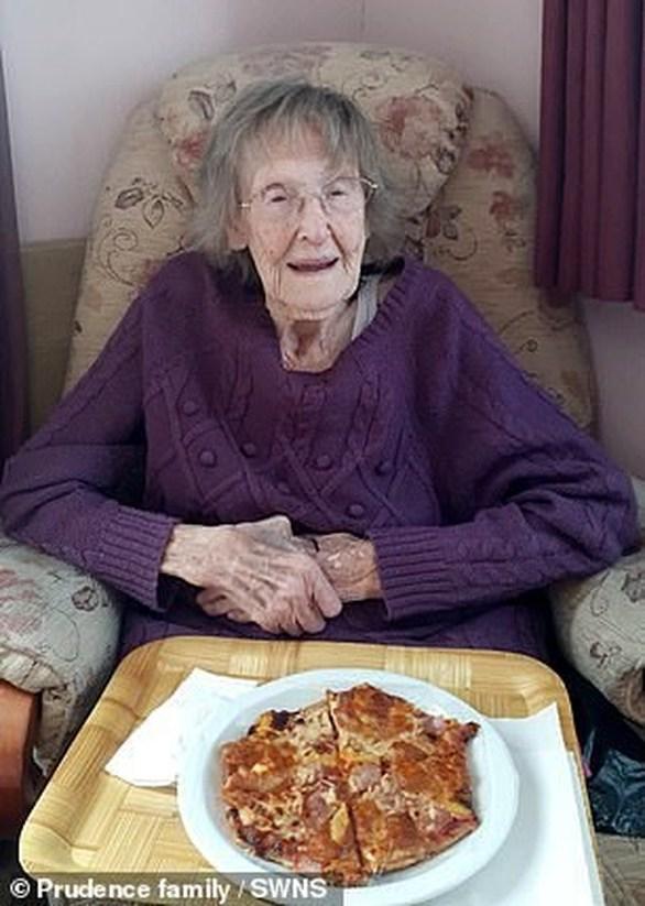 Γυναίκα 94 χρονών έφαγε για πρώτη φορά πίτσα (φωτο)