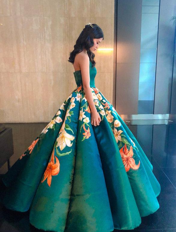 17χρονη έραψε μόνη της το φόρεμα αποφοίτησης και έγινε viral