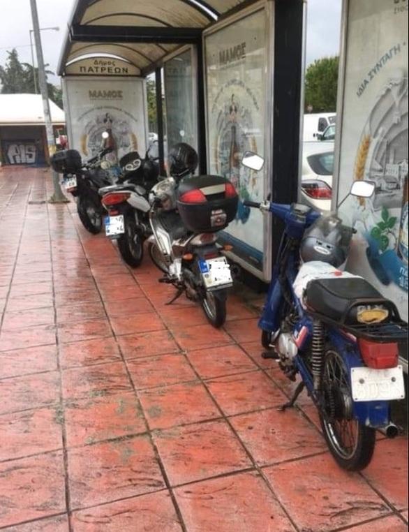 Πάτρα - Μηχανάκια περιμένουν στη... στάση για το Αστικό λεωφορείο!