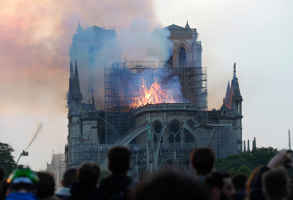 Τρομακτικές εικόνες από την φλεγόμενη Παναγία των Παρισίων
