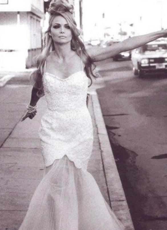 Όταν η 34χρονη Μισέλ Φάιφερ έκανε ωτοστόπ φορώντας νυφικό