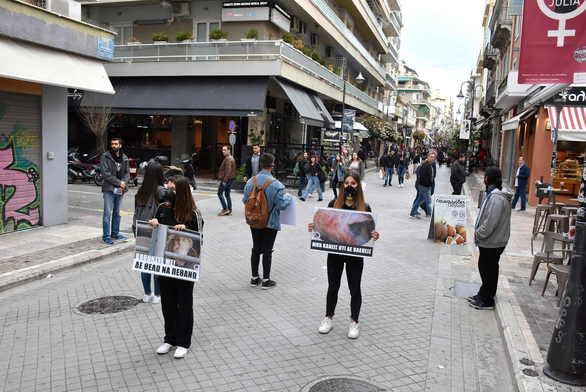 Ακτιβιστές στο κέντρο της Πάτρας φόρεσαν τις μάσκες τους και πήγαν για... εκτέλεση (pics+video)