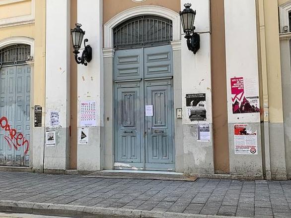Αποκαρδιωτική η εικόνα του δημαρχείου της Πάτρας - Συνθήματα, αφίσες και μπογιές (φωτο)