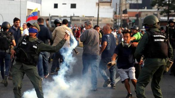 Χάος στη Βενεζουέλα με συγκρούσεις, φωτιές και δακρυγόνα (video)