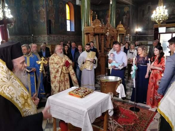 Πάτρα: Παραδοσιακή βάπτιση στην Πάτρα από τον Σεβασμιώτατο Μητροπολίτη Ναυπάκτου (φωτο)