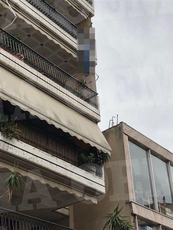 Καλογρέζα: Άντρας κρεμάστηκε από το μπαλκόνι του