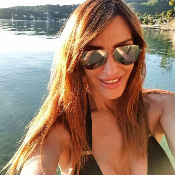 Η Βίκυ Χατζηβασιλείου έβγαλε selfie φορώντας μπικίνι μαγιό