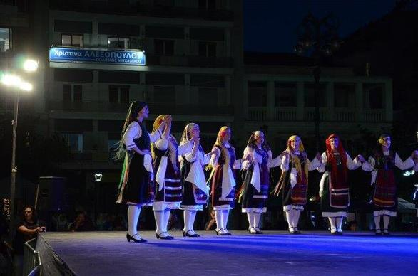 Πάτρα -Γέμισε με παραδοσιακές μουσικές και χορούς η πλατεία Γεωργίου (φωτο)