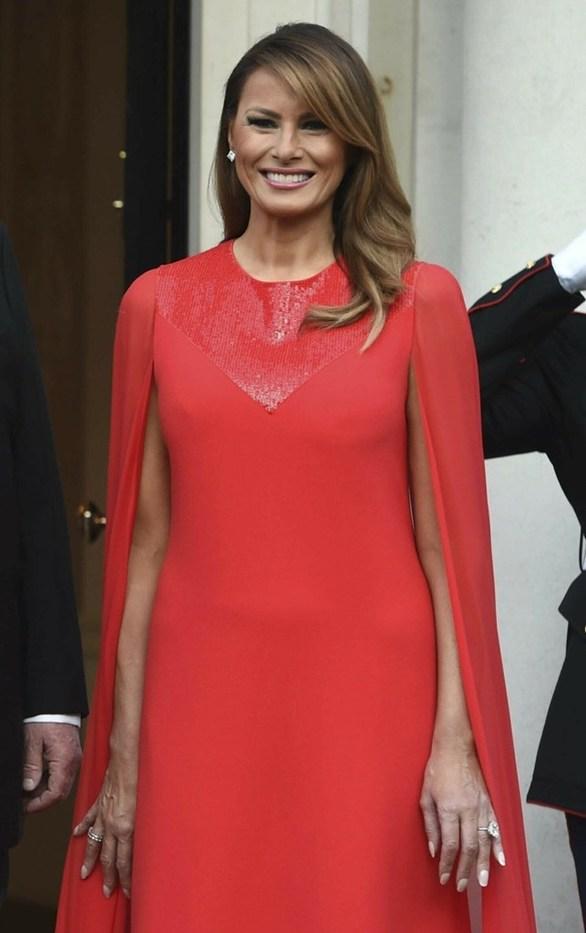 Melania Trump: Λαμπερή εμφάνιση με δημιουργία Clare Waight Keller σε επίσημο dinner στο Λονδίνο (φωτο)