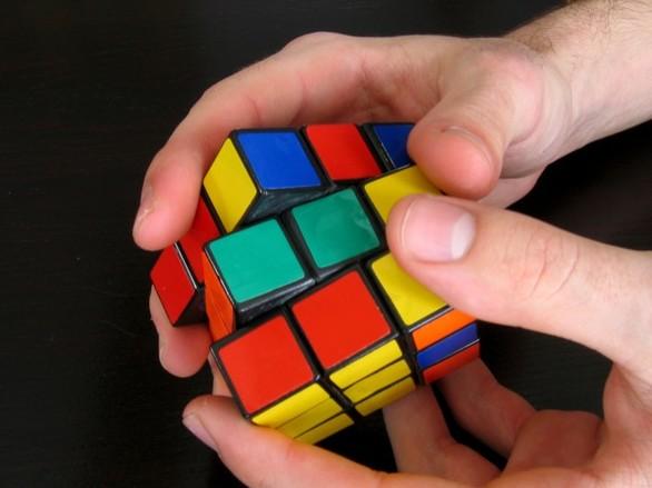 Πατρινός speedcuber, θα διαγωνιστεί στην επίλυση του κύβου του Ρούμπικ, με το ένα χέρι!