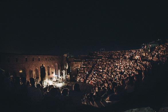 Αποθεώθηκε στο Ρωμαϊκό Ωδείο ο Κωστής Μαραβέγιας! (φωτο)