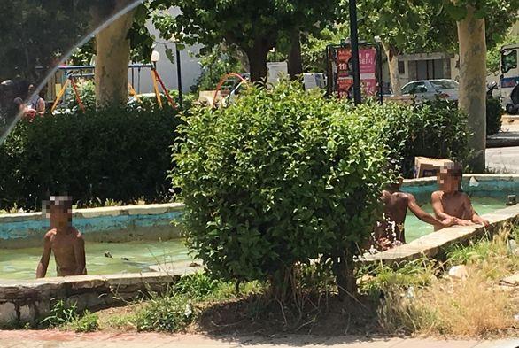 Πάτρα: Οι πιτσιρικάδες δεν άντεξαν, βούτηξαν στο συντριβάνι της πλατείας Μαρούδα! (pics)