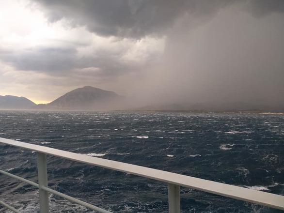 Εντυπωσιακές εικόνες - Το μπουρίνι μέσα από τη θάλασσα του Πατραϊκού!