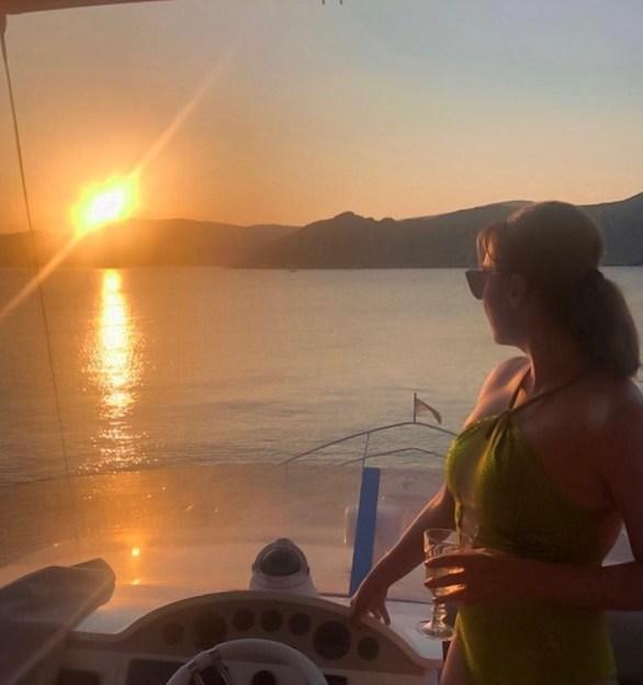 Η Τατιάνα Στεφανίδου απολαμβάνει το ηλιοβασίλεμα