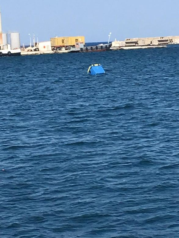 Στο παλαιό λιμάνι της Πάτρας - Δύο κάδοι στην θάλασσα! (φωτo)