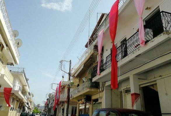 """Κάτω Αχαΐα - Τα κόκκινα πανιά στα μπαλκόνια που """"πολεμούν"""" το """"μάτι"""""""