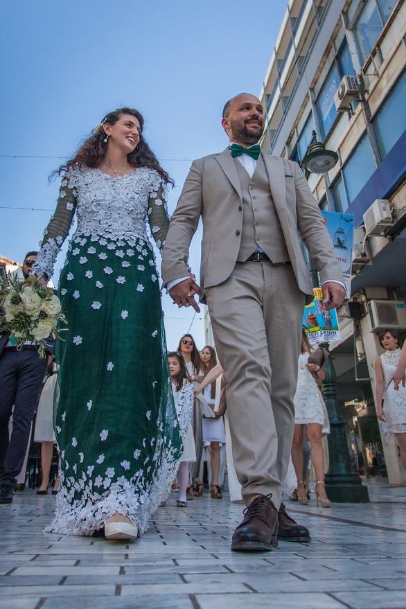 Το love story της Σάρας, που παντρεύτηκε στην Πάτρα, φορώντας για νυφικό ένα... ελαιόπανο!