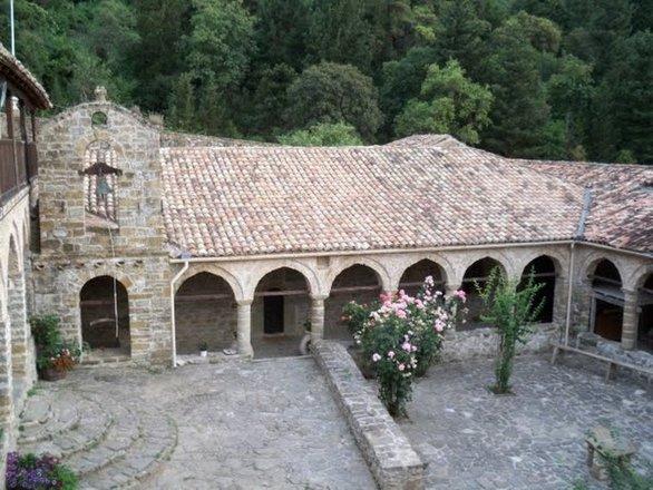 Αχαΐα: Στις πλαγιές του Ερυμάνθου ξεχωρίζει ένα ιδιαίτερο μοναστήρι (pics)