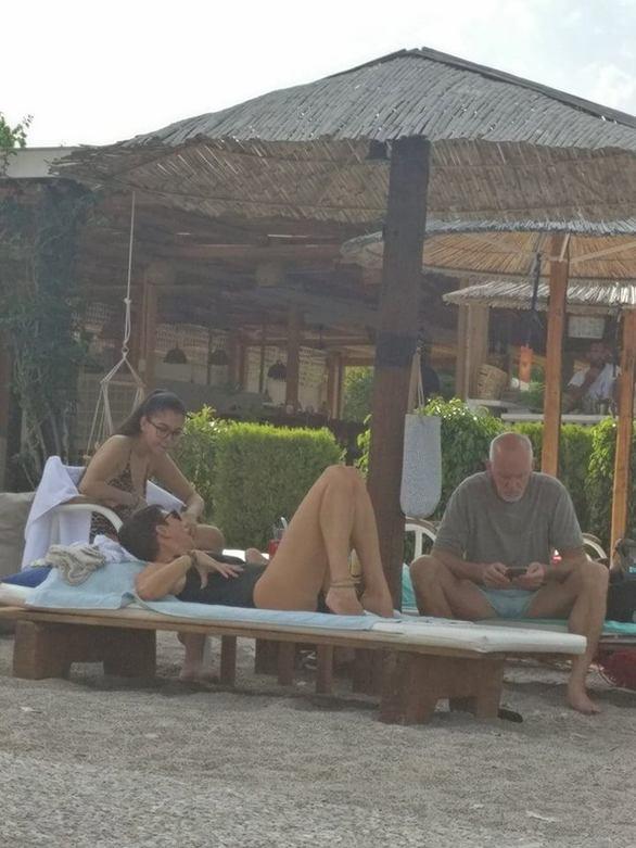 Λίγο πριν τη κάλπη ο Γιώργος Παπανδρέου χαλαρώνει σε παραλία έξω από την Πάτρα!